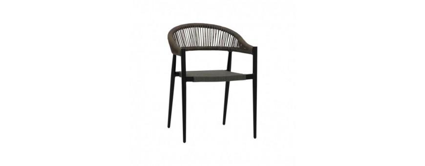 Poltroncina in alluminio verniciato, seduta in textilene, schienale in corda di polietilene