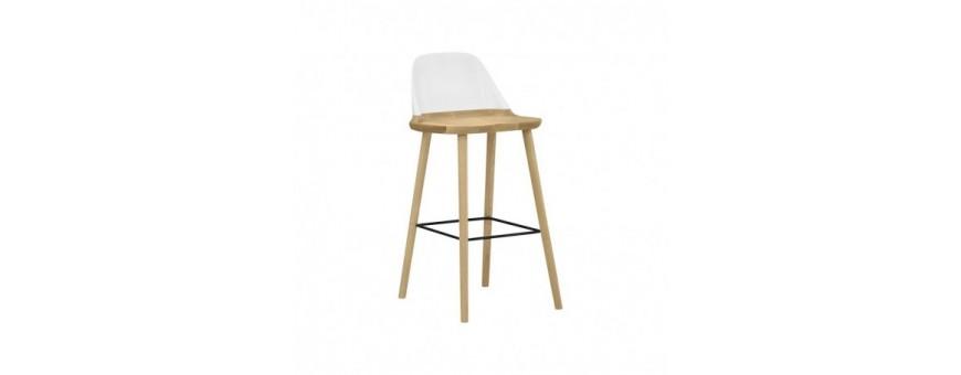 Sgabello in legno di faggio, schienale in polipropilene, poggiapiedi in metallo.